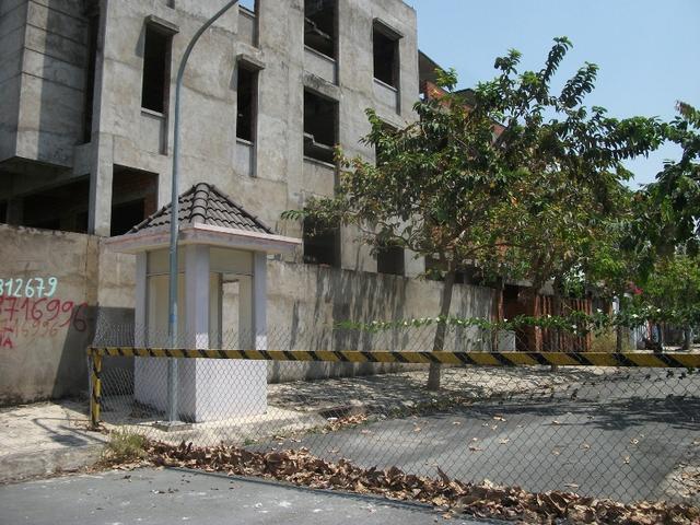 Một dãy biệt thự bỏ hoang tại trung tâm quận 2 - nơi được mệnh danh là Phố Đông của TP.HCM.