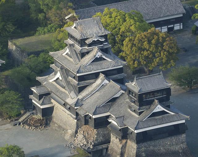 Lâu đài Kumamoto bị hư hại sau trận động đất, nhìn từ trên cao - Ảnh: Reuters