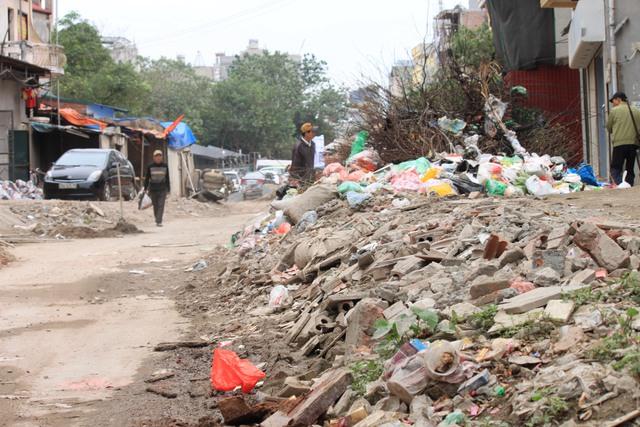 Phế liệu xây dựng vứt tràn lan trên đường, ảnh hưởng tới giao thông
