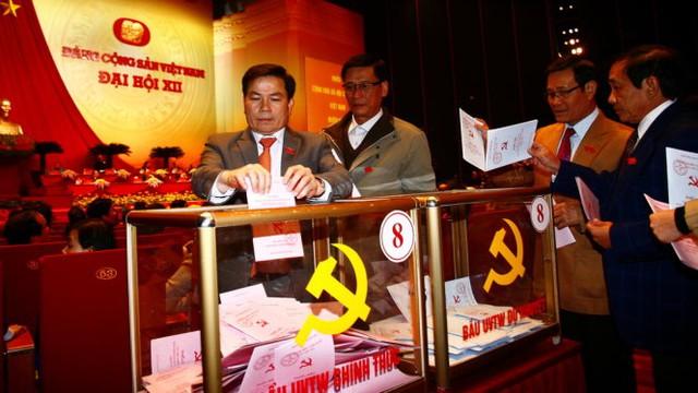 Các đại biểu bỏ phiếu bầu BCH Trung ương khóa XII - Ảnh: Viễn Sự