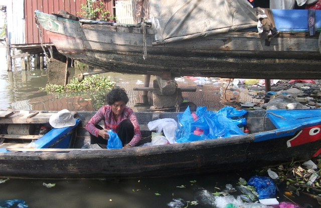 Cô Mười Lan, 62 tuổi, làm nghè chèo thuyền đưa khách trên sông từ thời còn trẻ tới nay. Cô có nhà trên bờ nhưng vẫn yêu thích và gắn bó với nghề chèo thuyền này. Sau giờ chèo đò, lúc rảnh cô lại lượm bọc người người ta vứt bỏ sau khi đựng rau để rửa lại, giặt sạch, phơi khô bán lại cho quán.Mai này người ta giải tỏa, xây dựng chắc sẽ còn đẹp hơn. Tôi cứ ráng đợi đến ngày đó, cô Lan nói.