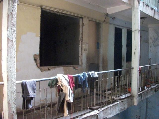 Những ngôi nhà bỏ hoang trong bất kỳ chung cư cũ nào, dù có còn nhiều hộ sinh sống, sẽ là sân chơi hấp dẫn của người vô gia cư, các đối tượng hút chích.