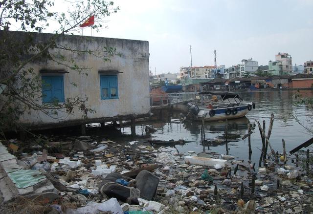 Chạy dọc con đường Phạm Thế Hiển quận 8 hầu như chưa có nhiều nhà được đền bù, giải tỏa, nhà cửa còn liền kề, san sát.