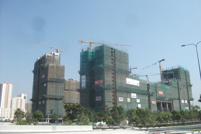 Để xây dựng khu đô thị này theo quy hoạch, hơn 10.000 hộ dân thuộc 5 phường: An Khánh, Bình Khánh, Bình An, Thủ Thiêm và An Lợi Đông tại quận 2 phải di dời. Trong đó, phường An Khánh và Thủ Thiêm bị giải tỏa trắng.