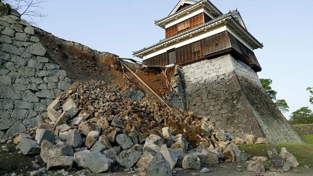 Một phần tường thành của lâu đài Kumamoto bị sụp sau trận động đất - Ảnh: Reuters