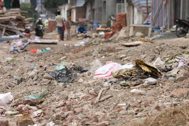 Đoạn đường không chỉ để lưu thông mà còn là nơi chứa rác thải