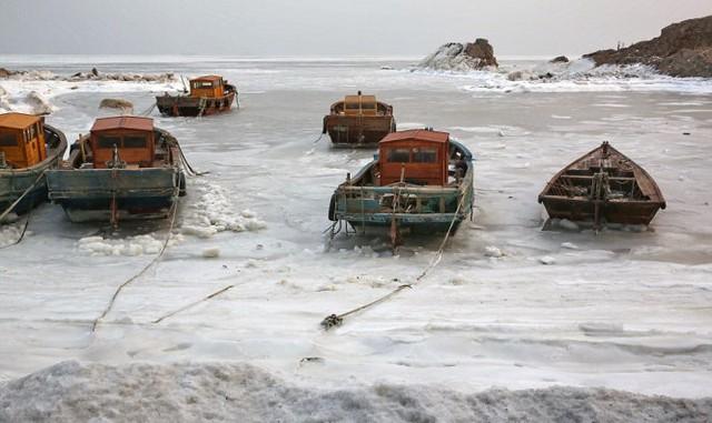 Một chiếc tàu cá mắc kẹt trên biển đóng băng ở thành phố Thanh Đảo, tỉnh Sơn Đông - Ảnh: REX