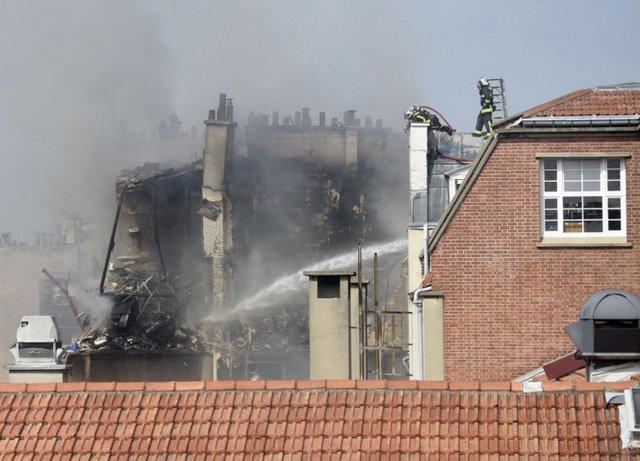 Lực lượng cứu hỏa đang nỗ lực dập lửa - Ảnh: EPA