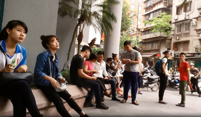 Trao đổi, buôn bán trong khuôn viên ngân hàng - Ảnh: Quang Thế