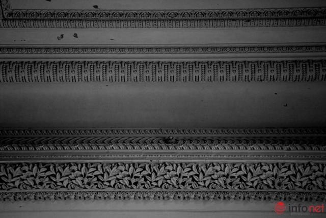 Trên trần đại sảnh được trang trí bằng những hoa văn tỉ mỉ, đẹp mắt.