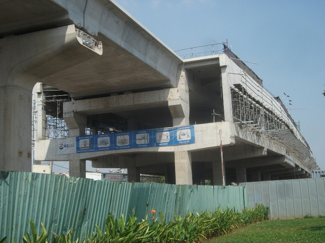 Chạy từ đường Nguyễn Hữu Cảnh, đoạn qua nhà máy Ba Son (quận 1) qua cầu Sài Gòn và sau đó chạy dọc xa lộ Hà Nội, hình ảnh đoạn nhịp dầm dài hàng trăm mét của dự án xây dựng tuyến metro Bến Thành – Suối Tiên đã thành hình kể từ khi khởi công dự án vào tháng 8/2012.