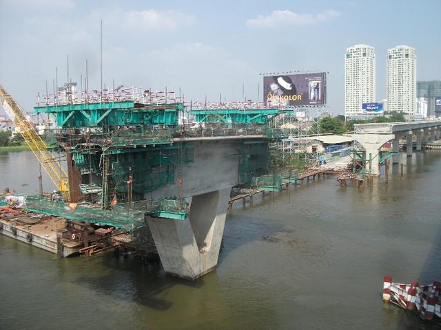 Những hình ảnh trên chụp tại đoạn cầu Sài Gòn, đã có khoảng 60 công nhân, kỹ sư tập trung thi công. Đây là khu vực khó khăn trong thi công bởi phải thi công dưới nước, mặt bằng chật, xà lan khó di chuyển và phải phụ thuộc vào con nước và thời gian đóng mở đập ngăn triều của Trung tâm Chống ngập nên lực lượng công nhân đã tập trung bơm nước, dọn dẹp, vệ sinh các thiết bị máy móc…để đảm bảo tiến độ công việc.
