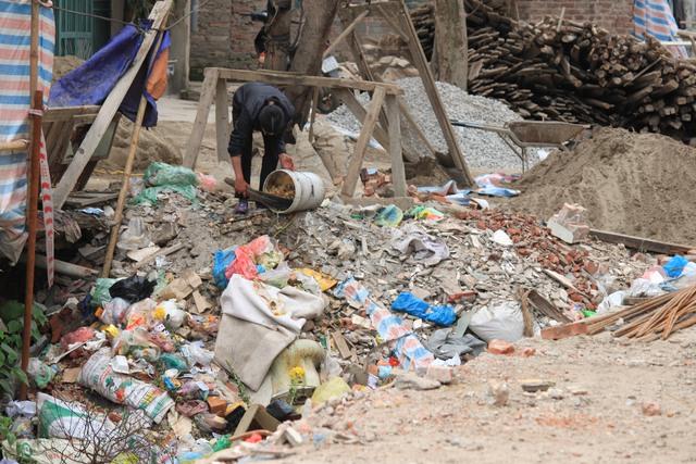 Ý thức của một số hộ dân còn chưa tốt, vẫn vứt rác bừa bãi