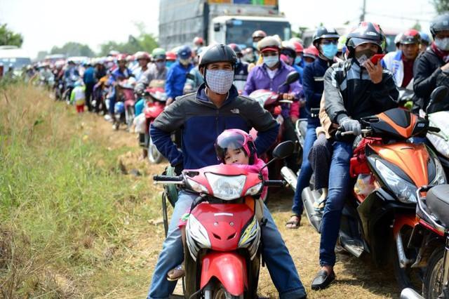 Vẻ mặt mệt mỏi của một cô bé khi đi qua xã Thủy Tây, huyện Thạnh Hóa, Long An trưa 13-2 - Ảnh: Thanh Tùng