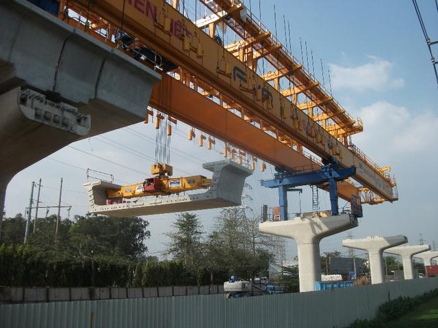 Đoạn dầm nặng hàng tấn được nhích từng milimet một trong quá trình lắp dầm kéo dài tuyến metro.