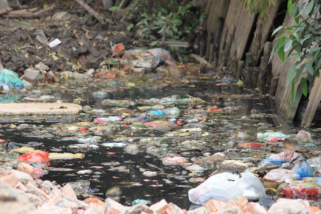 Mương Linh Quang ngập tràn rác thải, mùi hôi thối bốc lên