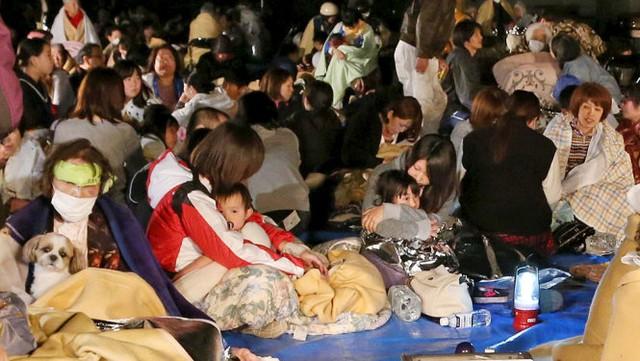 Người dân tại tỉnh Kumamoto được sơ tán ngay sau khi xảy ra trận động đất và rất nhiều dư chấn trong đêm 14-4 (giờ VN) - Ảnh: Reuters