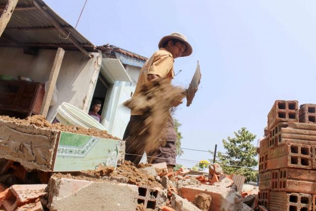 Công nhân đang xúc đất, đào móng.