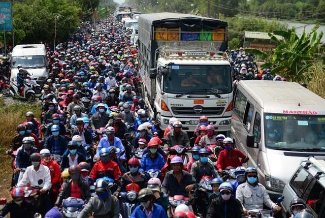 """Hàng ngàn phương tiện đứng """"chôn chân"""" giữa trưa nắng - Ảnh: Thanh Tùng"""