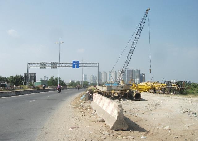 Đại lộ Vòng cung (R1): là tuyến đường trung tâm và đóng một vai trò quan trọng trong việc phân bổ sử dụng đất. Dọc hai bên đường là khu kinh doanh và nhà ở phức hợp.