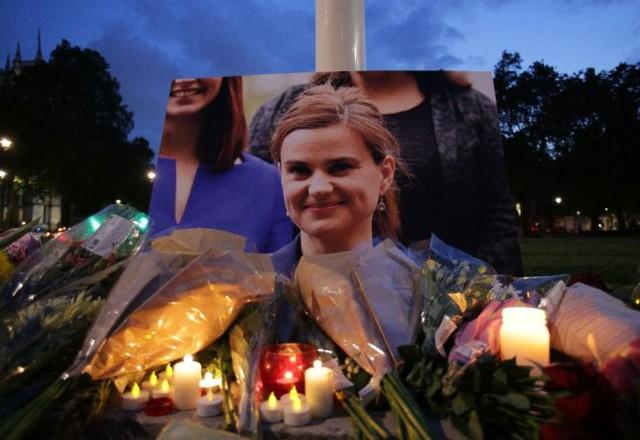 Hoa và nến tưởng niệm nữ nghị sĩ xấu số (Ảnh: AFP)