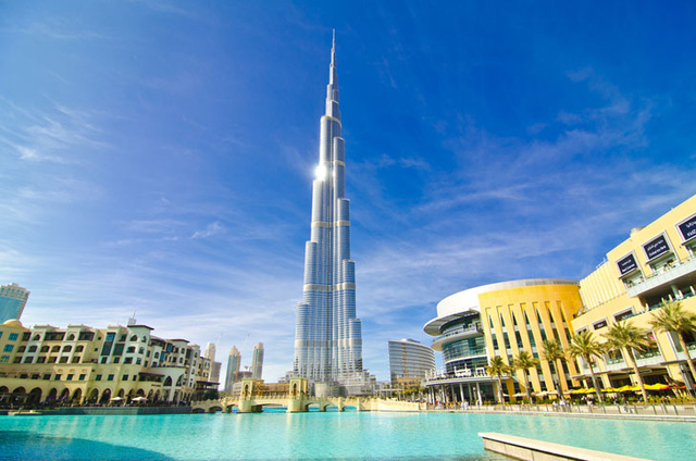 Tháp Burj Khalifa cao 828 m, hiện là tòa nhà chọc trời cao nhất thế giới. Nó được xây dựng với chi phí lên đến 1,5 tỷ USD và mở cửa từ tháng 1/2010.