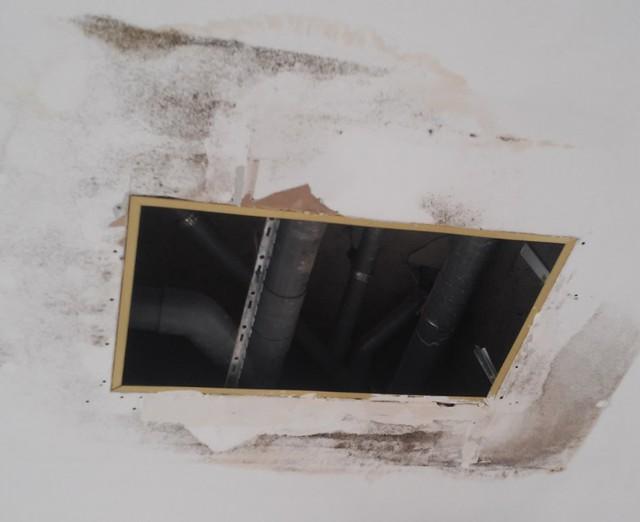 Trần thạch cao bị bung cả mảng lớn, nước chảy lênh láng do thi công ống nước không đảm bảo.