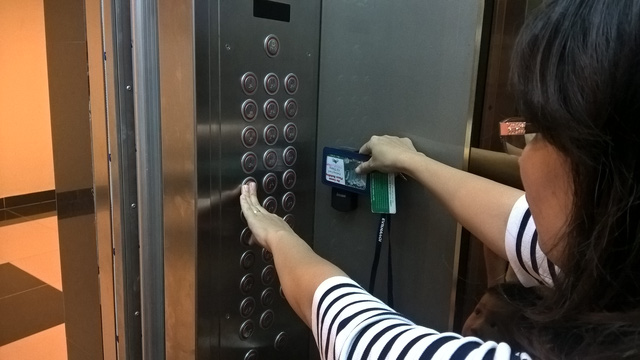 Ngày 19/4, một số cư dân sống tại chung cư Hồ Gươm Plaza có thẻ từ thang máy nhưng không thể di chuyển vì bị ngắt dịch vụ.
