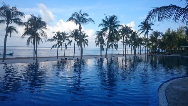 Hồ bơi của Novotel Phu Quoc khá rộng, nằm ngay sát bãi biển nên có tầm nhìn ra biển rất đẹp, nhất là khi hoàng hôn buông xuống