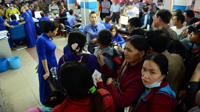 Hành khách nhốn nháo trả lại vé tàu tại ga Sài Gòn.