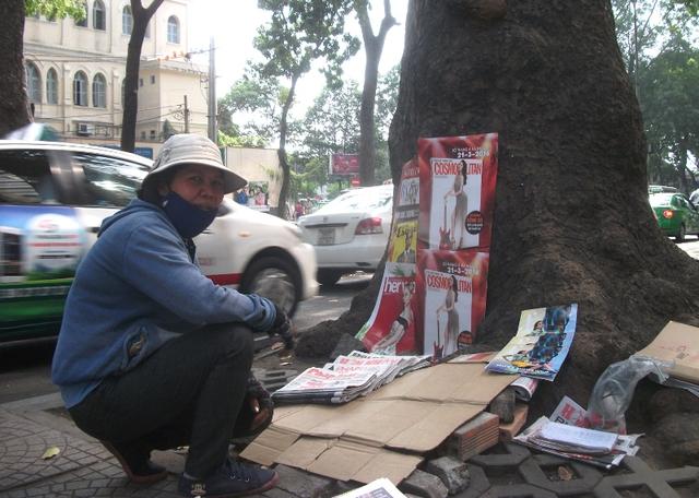 Chị Hồng, bán báo lẻ trên lề đường Tôn Đức Thắng hai hôm nay cứ ngẩn người vì tiếc nuối, khi biết rằng gốc cây thân quen này sẽ không còn là nơi chị kiếm tiền nữa.