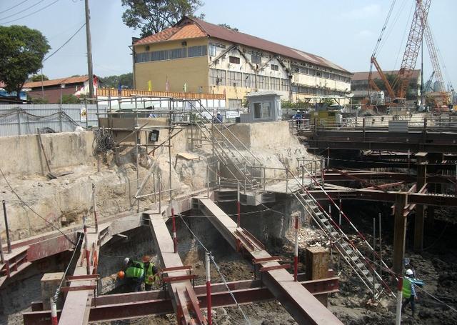 Thành Ủy, Ủy Ban Nhân Dân TP rất chú trọng đảm bảo an toàn trong thi công đoạn đi ngầm này và đã có chỉ đạo Ban quản lý đường sắt đô thị phải ưu tiên các biện pháp an toàn trong thi công.