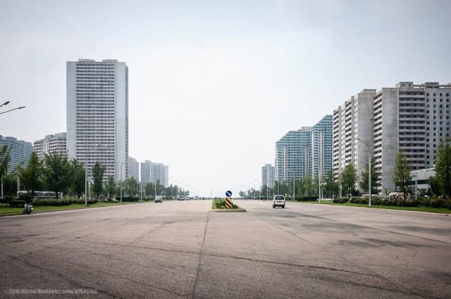 Đường phố vắng tanh và sạch bóng