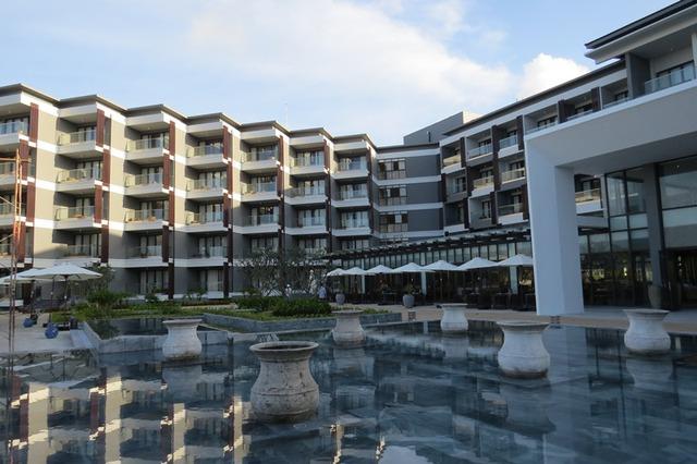 Khối khách sạn chính cao 5 tầng nhìn xuống hồ bơi lớn và các biệt thự bungalow hướng biển. Điểm đặc biệt là tất cả các phòng khách sạn đều hướng biển, có ban công rộng. Phòng khách sạn được thiết kế rộng rãi, nội thất được thiết kế theo phong cách tối giản của người Nhật Bản, mang phong cách sang trọng và hiện đại.