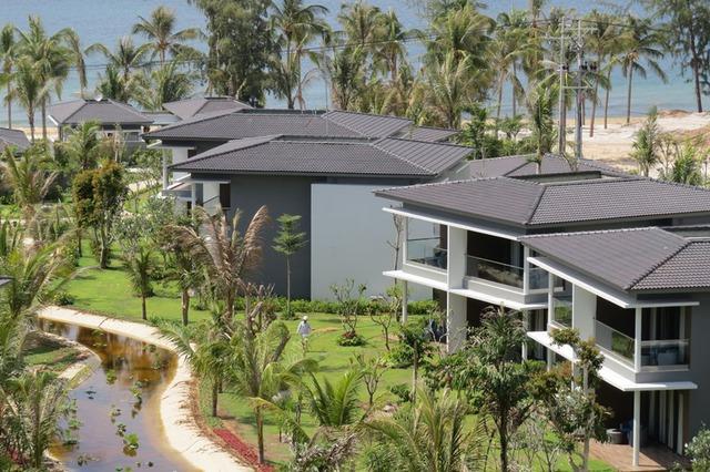 Các căn bungalow được chia làm nhiều phòng, hướng vào khu cây xanh khu khách sạn hoặc ra mặt biển