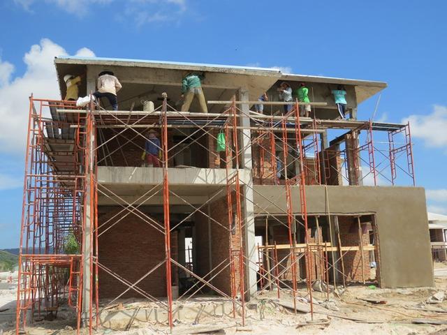 Công nhân đang thi công xây dựng biệt thự tại dự án