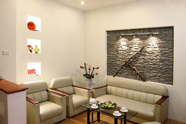 Với góc chết trong phòng khách thế này bạn hoàn toàn có thể khắc phục được bằng cách đặt đồ trang trí hay bình hoa tươi lên đó.