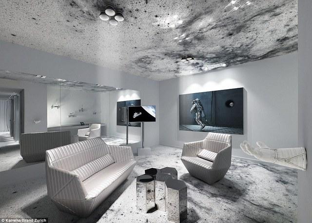 Còn đây là một phòng không gian vô cùng ấn tượng. Với mô hình tên lửa đẩy, chiếc găng tay của phi hành gia treo trên tường cùng với sàn nhà ấn tượng tạo cho con người cảm giác như đang ở trên không gian khi bước vào căn phòng này.