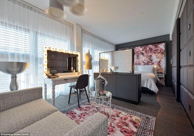 Căn Phòng Diva này chứa các đồ nội thất có màu sắc tinh tế với một chiếc giương lớn, bức trang lớn và tấm thảm cùng màu...tạo cho căn phòng cảm giác vô cùng ấm cúng.