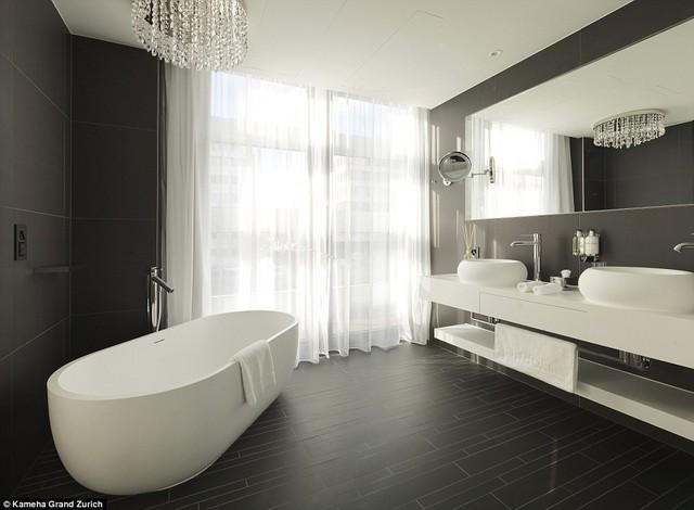 Phòng vệ sinh được thiết kế với 2 tông màu đen trắng, đơn giản nhưng vô cùng sang trọng.