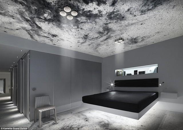 Chiếc giường nổi khỏi sàn là điểm nhấn vô cùng thú vị ở Phòng không gian trong khách sạn.
