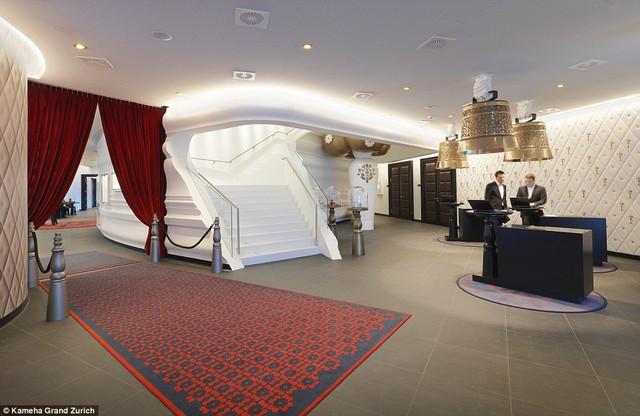 Tại khu vực sảnh chính của khách sạn, những chiếc chuông bò khổng lồ được treo lơ lửng trên trần.