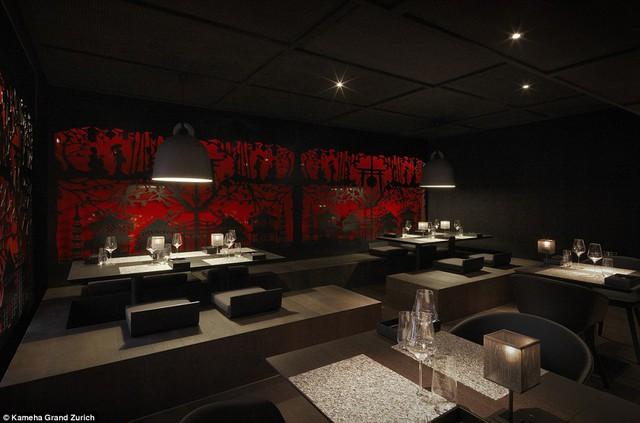 Một trong hai phòng ăn của khách sạn được trang trí theo phong cách vũ trụ ấn tượng.