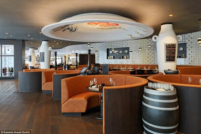 Phòng ăn còn lại của khách sạn gây ấn tượng với mô hình chiếc đĩa treo ngược trên trần.