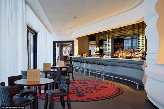 Khu vực quán bar trong khách sạn được trang trí với những hình tròn màu vàng ấn tượng.