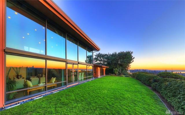 Biệt thự được thiết kế với những bức tường kính khắp căn nhà giúp gia chủ có thể quan sát phong cảnh tuyệt đẹp bên ngoài.