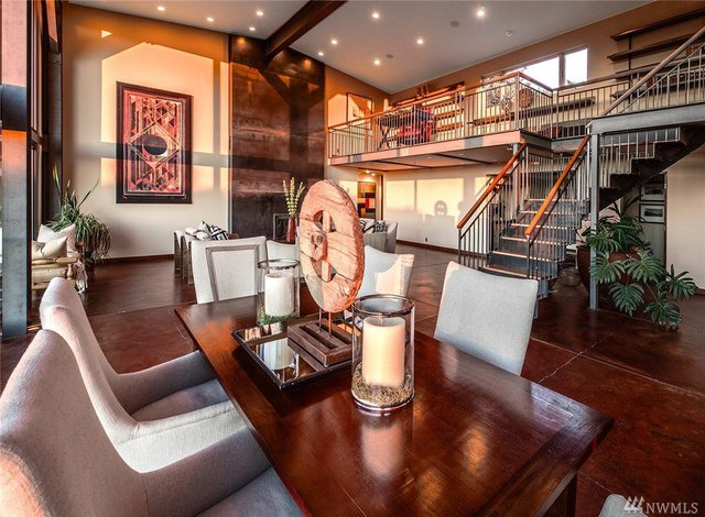 Ngôi biệt thự có một phòng khách, một phòng sinh hoạt gia đình và bếp nấu kiêm phòng ăn.