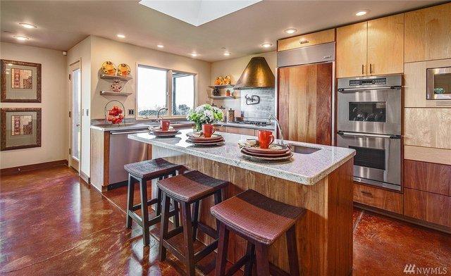 Phòng bếp này nhìn qua trông có vẻ hơi giản dị đối với một ông chủ điều hành Microsoft như Satya Nadella.