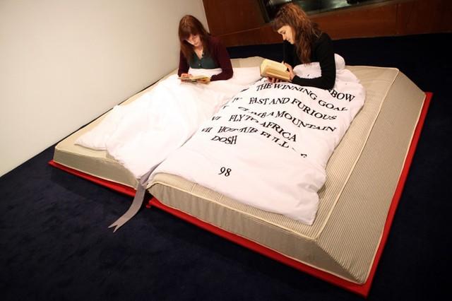 Với những ai yêu thích đọc sách thì đây là chiếc giường lý tưởng nhất.
