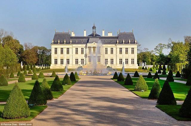 Siêu lâu đài Chateau Louis XIV nằm giữa cung điện Versailles và Marly-le-Roi.
